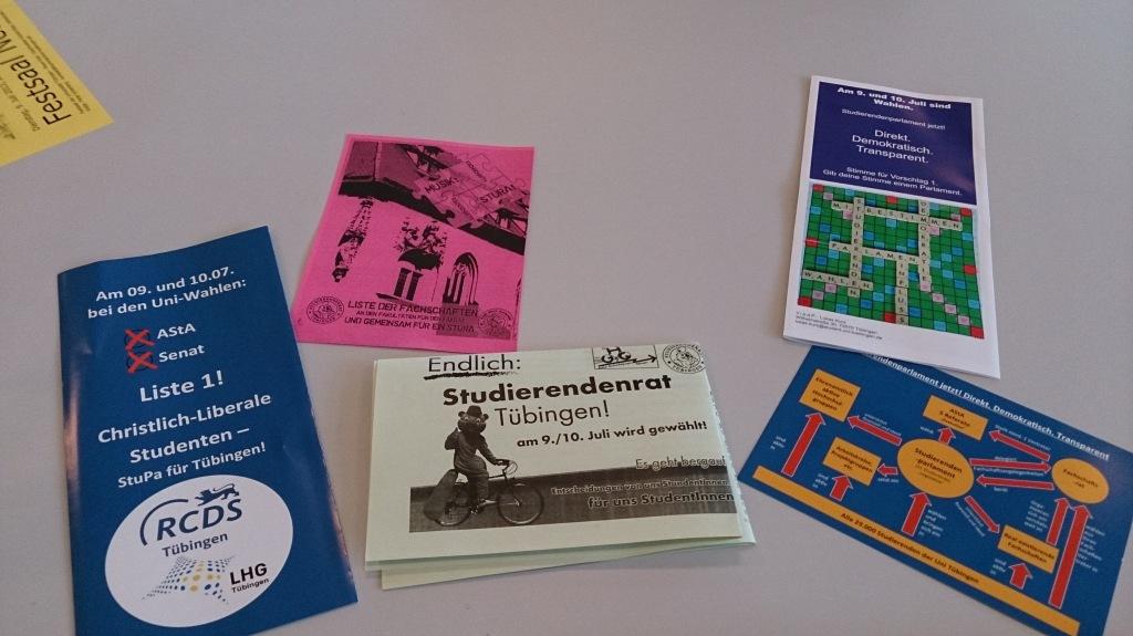 Flyer zur Uni-Wahl 2013 in der Mensa - Foto: Constantin Pläcking