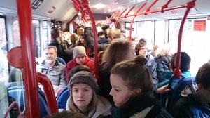 Überfüllter Bus zu den Kliniken. Foto: Constantin Pläcking