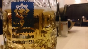 Ein Bier auf Ex. Der neue Trend auf Facebook. Foto: Constantin Pläcking