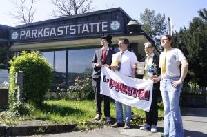 Markus Vogt, Dr. Ulrich Stolte, Jürgen Eichenbrunner und Ivo Dommer posieren vor der Parkgaststätte. Foto: Pläcking