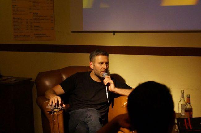 Marcus Staiger bei der Lesung im Wohnzimmer. Picture by Querfeldein
