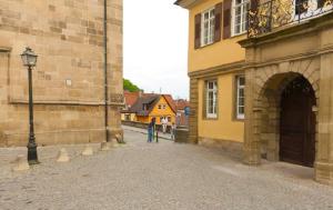 Mauer hinter der Stiftskirche. Bildquelle: Google Maps