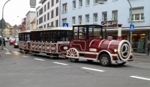 In Würzburg gibt es bereits eine solche Bahn. Foto: Jan/  http://wuerzburgwiki.de/wiki/Datei:Bimmelbahn_1.jpg Lizenz: CC BY-SA 3.0