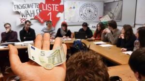 Sechs Euro ist der Beitrag, den jeder Studierende an den StuRa zahlen muss. Montage: Pläcking