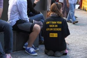 Amnesty Internatinal Aktivistin setzt sich für die Rechte von Asylbewerbern ein paintings / Shutterstock.com