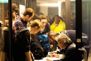Polizei kontrolliert alle männlichen Gäste - Foto: Pläcking