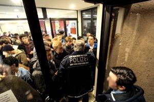 Polizei hindert Menschen am Verlassen der Party - Foto: Pläcking