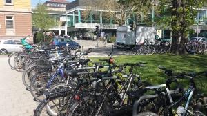Fahrräder vor der Uni-Bibliothek. Foto: Pläcking